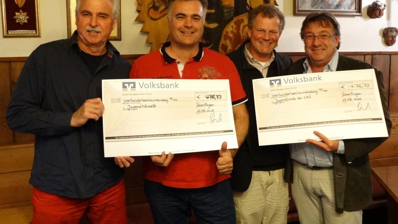 Vize-Hänselevater Erich Heggenberger, Hänselerat Jens Choinowski, Narrenvater Thomas Pross und Narrenmutter Wolfgang Lechler (von links) freuen sich über den Zuschuss für den närrischen Nachwuchs.